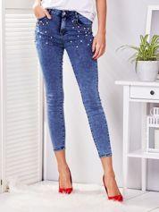 Niebieskie jeansy skinny z kolorowymi perełkami