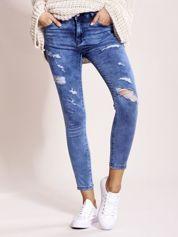 Niebieskie jeansy z przetarciami