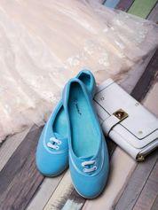 Niebieskie materiałowe baleriny ze sznurówkami i białą podeszwą