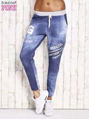 Niebieskie ocieplane spodnie dresowe z suwakiem i napisami
