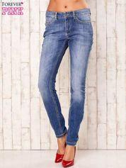 Niebieskie spodnie jeansy ze srebrnymi napami