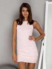 Prążkowana sukienka z marszczeniem jasnoróżowa