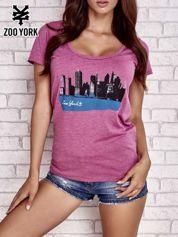 Purpurowy t-shirt  z widokiem miasta