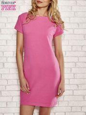 Różowa sukienka dresowa o prostym kroju