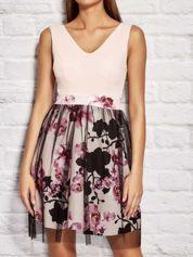 Różowa sukienka koktajlowa z kwiatową spódnicą i tiulem