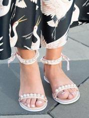 Różowe sandały z ozdobnymi perełkami na przodzie i wokół kostki