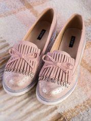 Różowe skórzane lordsy z zamszową wstawką z przodu buta i ozdobną kokardką, na białej podeszwie