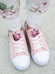 Różowe skórzane trampki z błyszczącymi kamieniami na pięcie i języku buta