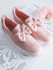 Różowe slipony z efektem glitter , skórzanymi wstawkami i ozdobną kokardką z przodu buta