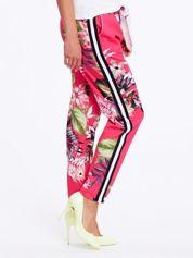 Różowe spodnie w kwiaty z lampasami