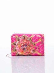 Różowy portfel z kwiatowymi motywami
