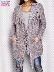 Różowy sweter z frędzlami i kolorowym splotem