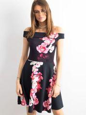 Sukienka czarna w duże egzotyczne kwiaty
