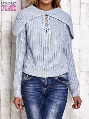 Sweter z wiązaniem i szerokim kołnierzem jasnoniebieski