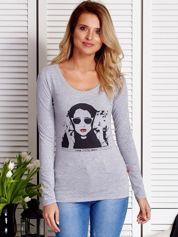 Szara bluzka damska z dziewczęcym fotoprintem
