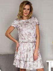 Szara sukienka w malarski deseń z falbanami