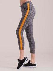 Szare spodnie we wzory z pomarańczowymi lampasami