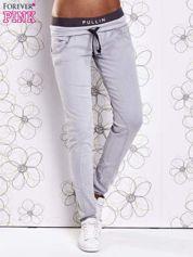 Szare spodnie z przeszyciami i kolorową gumką w pasie