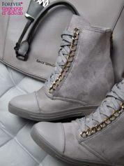 Szare zamszowe sneakersy ze złotymi szlufkami i skórzaną wstawką z przodu