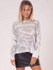 Szary sweter w abstrakcyjne wzory