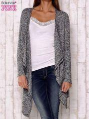 Szary sweter z otwartym dekoltem
