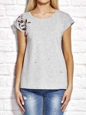 Szary t-shirt z kwiatowym haftem i aplikacją