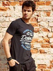 T-shirt męski czarny z tekstowym nadrukiem