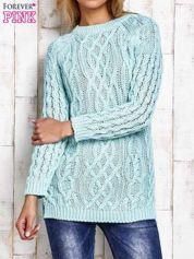 Turkusowy sweter w warkoczowy wzór