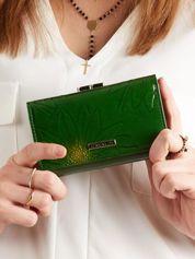 Zielony portfel ze skóry z motywem kwiatowym