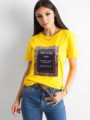Żółty t-shirt z naszywką