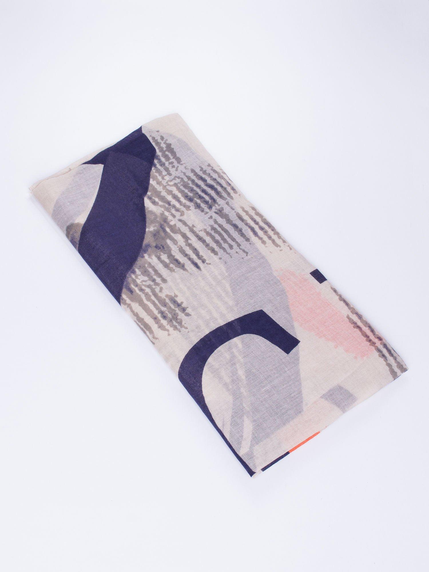 Beżowa kwadratowa chusta w literowy wzór i ciapki                                  zdj.                                  2