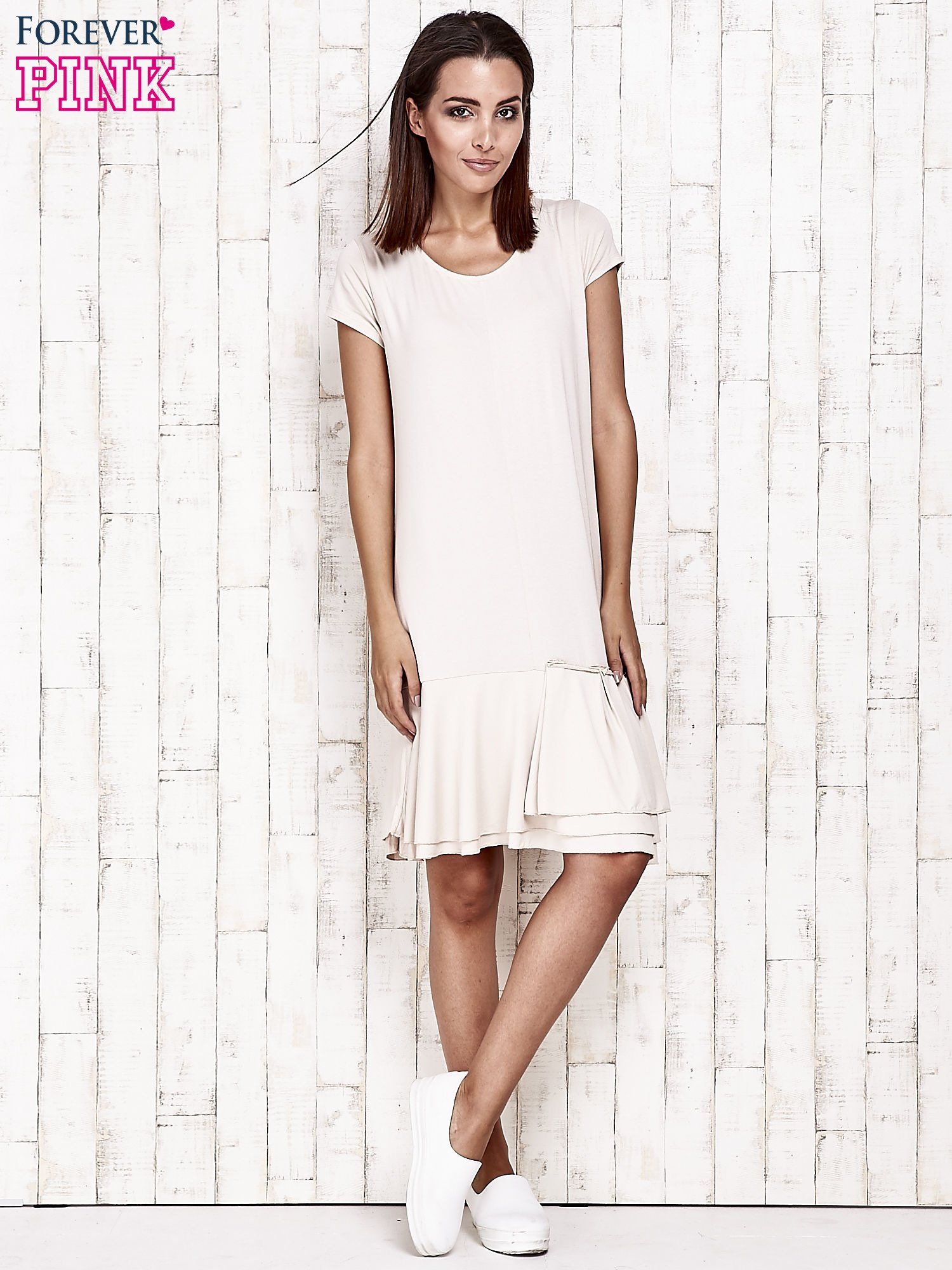 Beżowa sukienka dresowa z ozdobną falbaną                                  zdj.                                  2