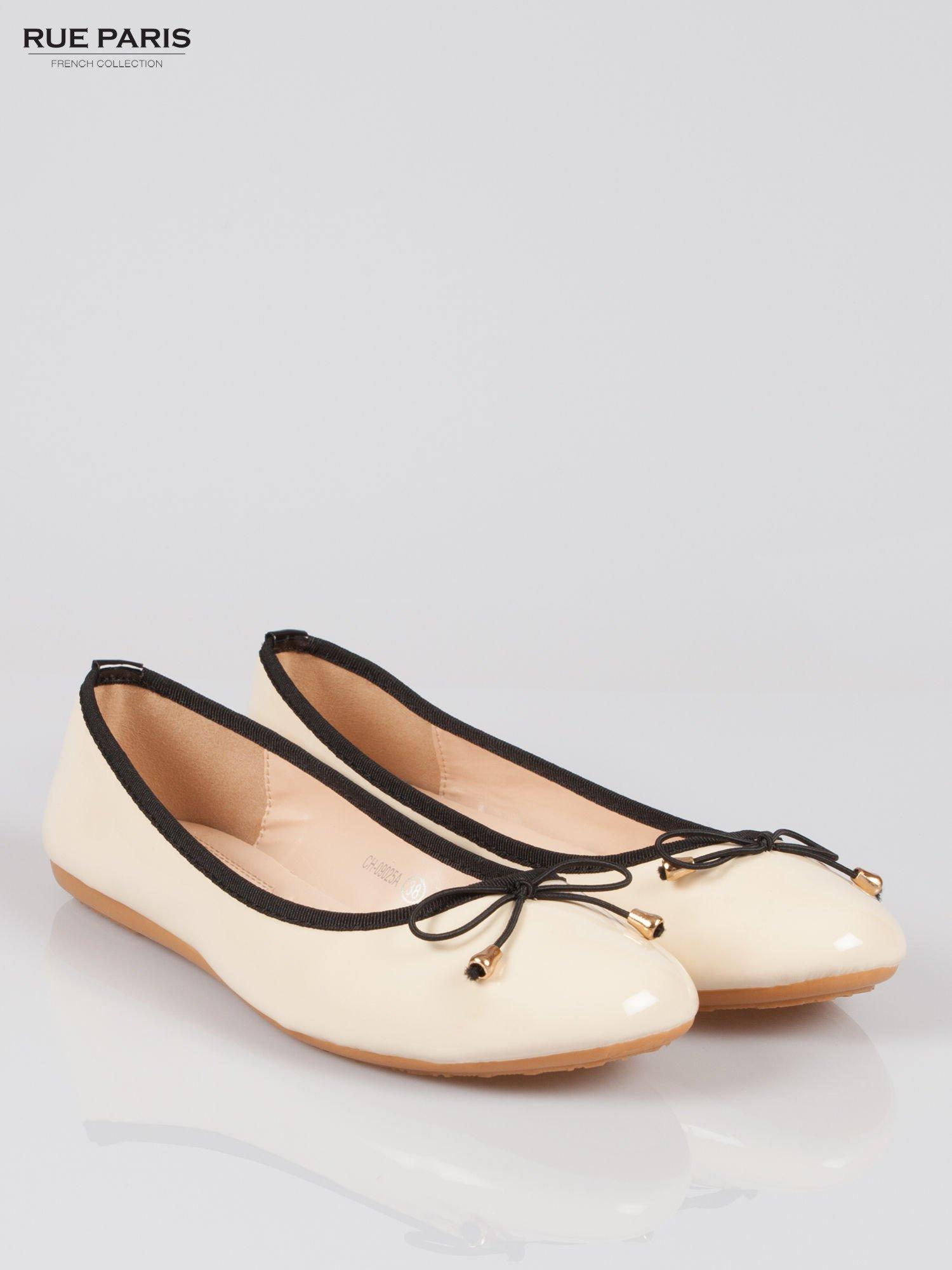 Beżowe baletki faux leather Evy z czarną kokardką i lamówką                                  zdj.                                  2