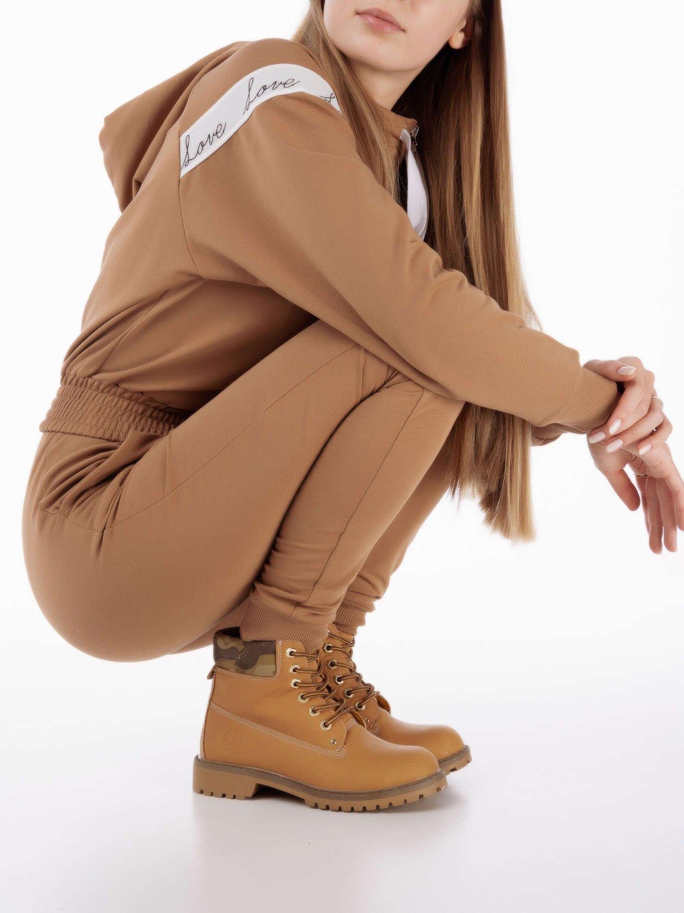 0e726857 Beżowe buty trekkingowe damskie, ocieplane traperki z jasnobeżową podeszwą  i cholewką we wzór moro