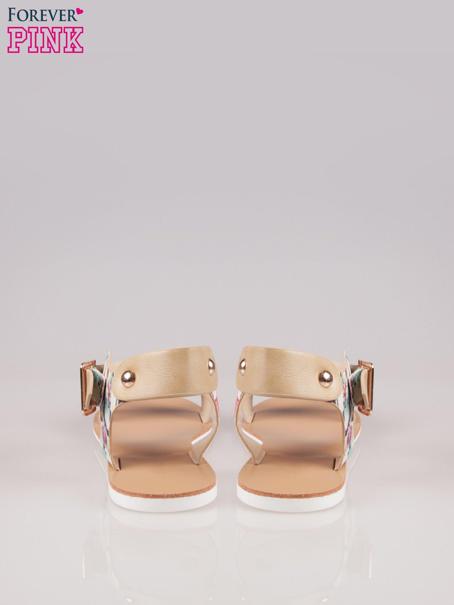 Beżowe kwiatowe płaskie sandały z klamerką                                  zdj.                                  3