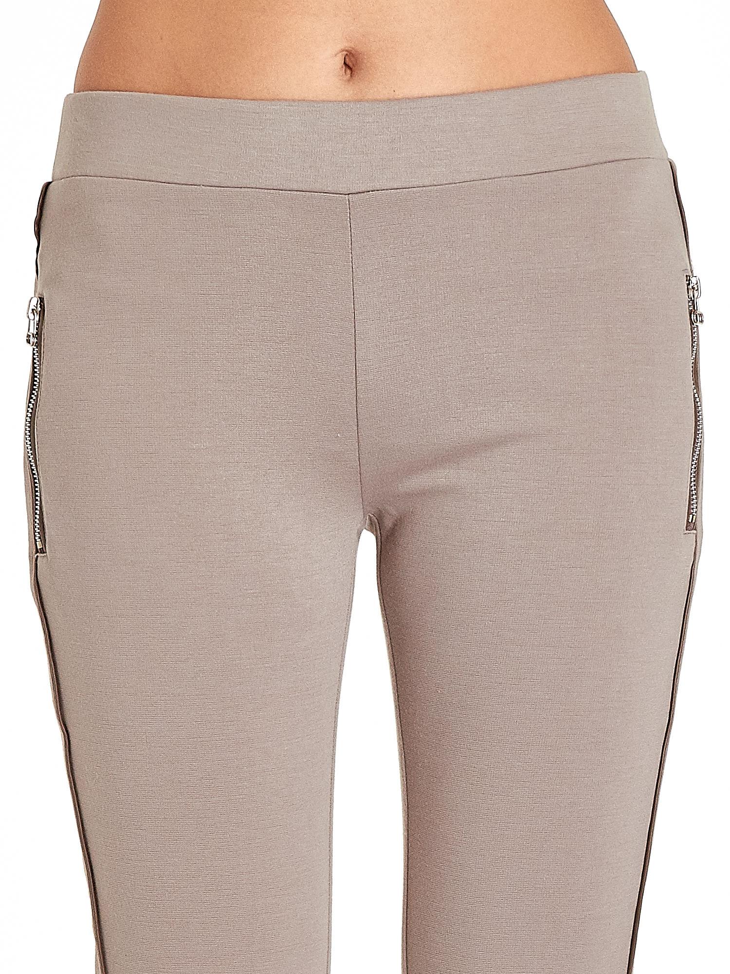 Beżowe spodnie materiałowe tregginsy ze skórzanym lampasem i zamkami                                  zdj.                                  5