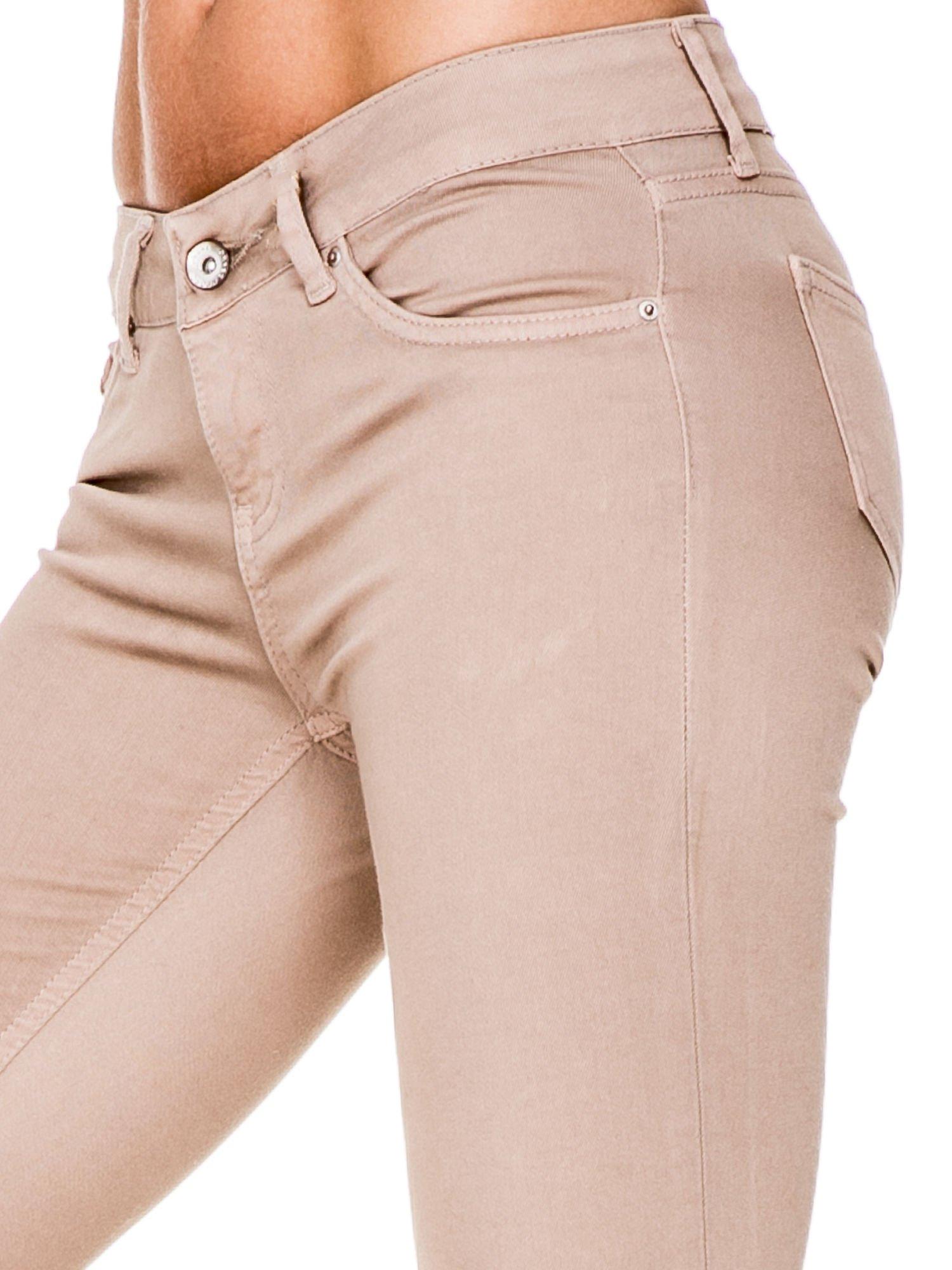 Beżowe spodnie typu skinny z elastycznego materiału                                  zdj.                                  5