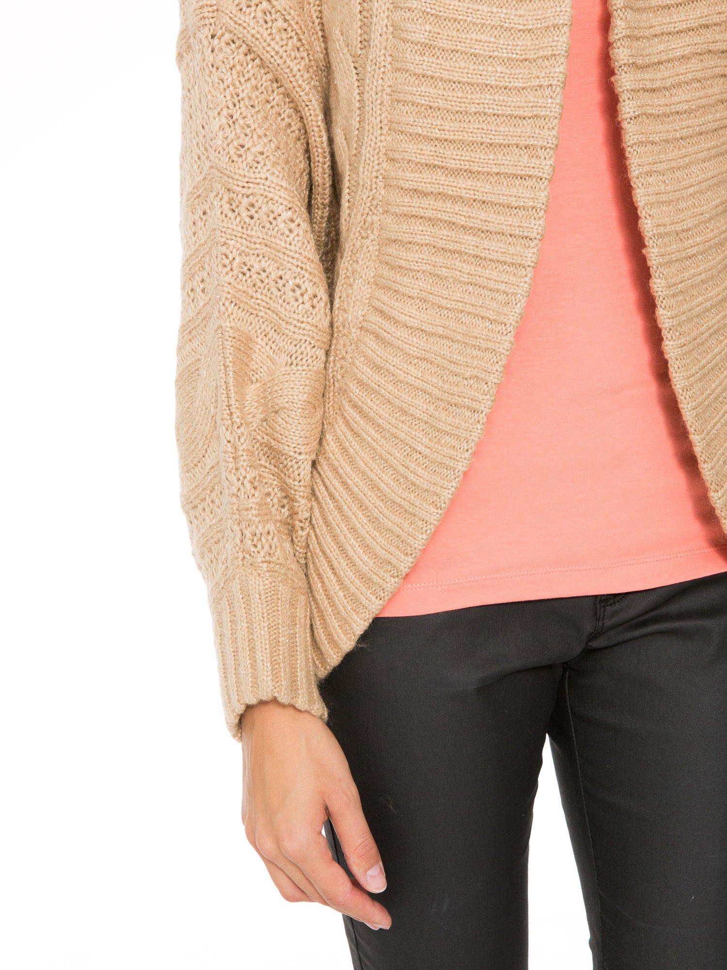 Beżowy dziergany sweter typu kardigan przeplatany błyszczącą nicią                                  zdj.                                  7