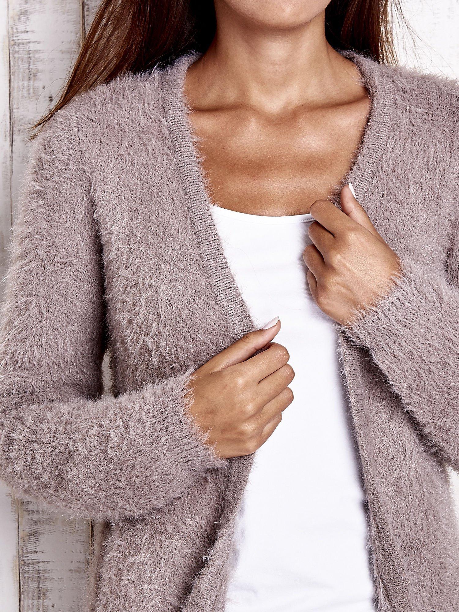 Beżowy puszysty sweter z bocznymi kieszeniami                                  zdj.                                  7
