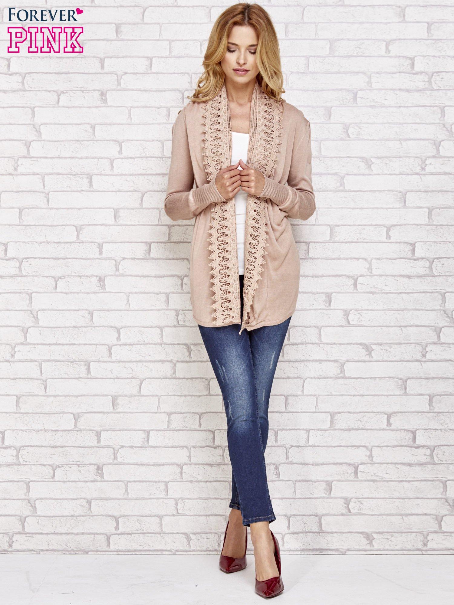Beżowy sweter kardigan z ażurowym przodem                                  zdj.                                  2