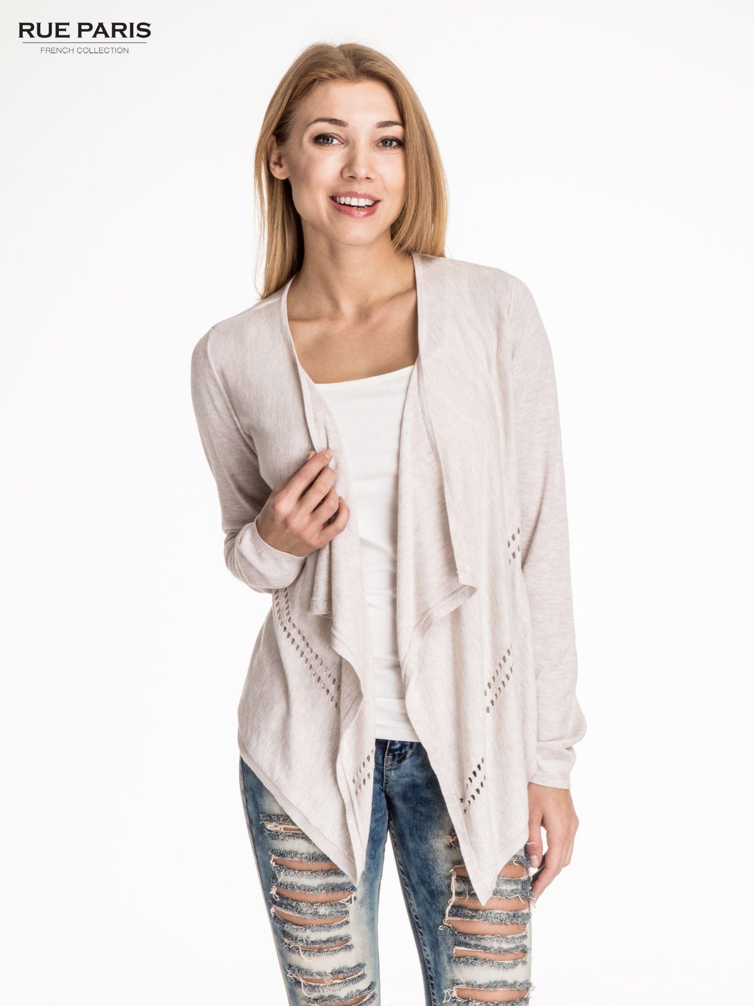 Beżowy sweter z kaskadowymi bokami i oczkami                                  zdj.                                  1