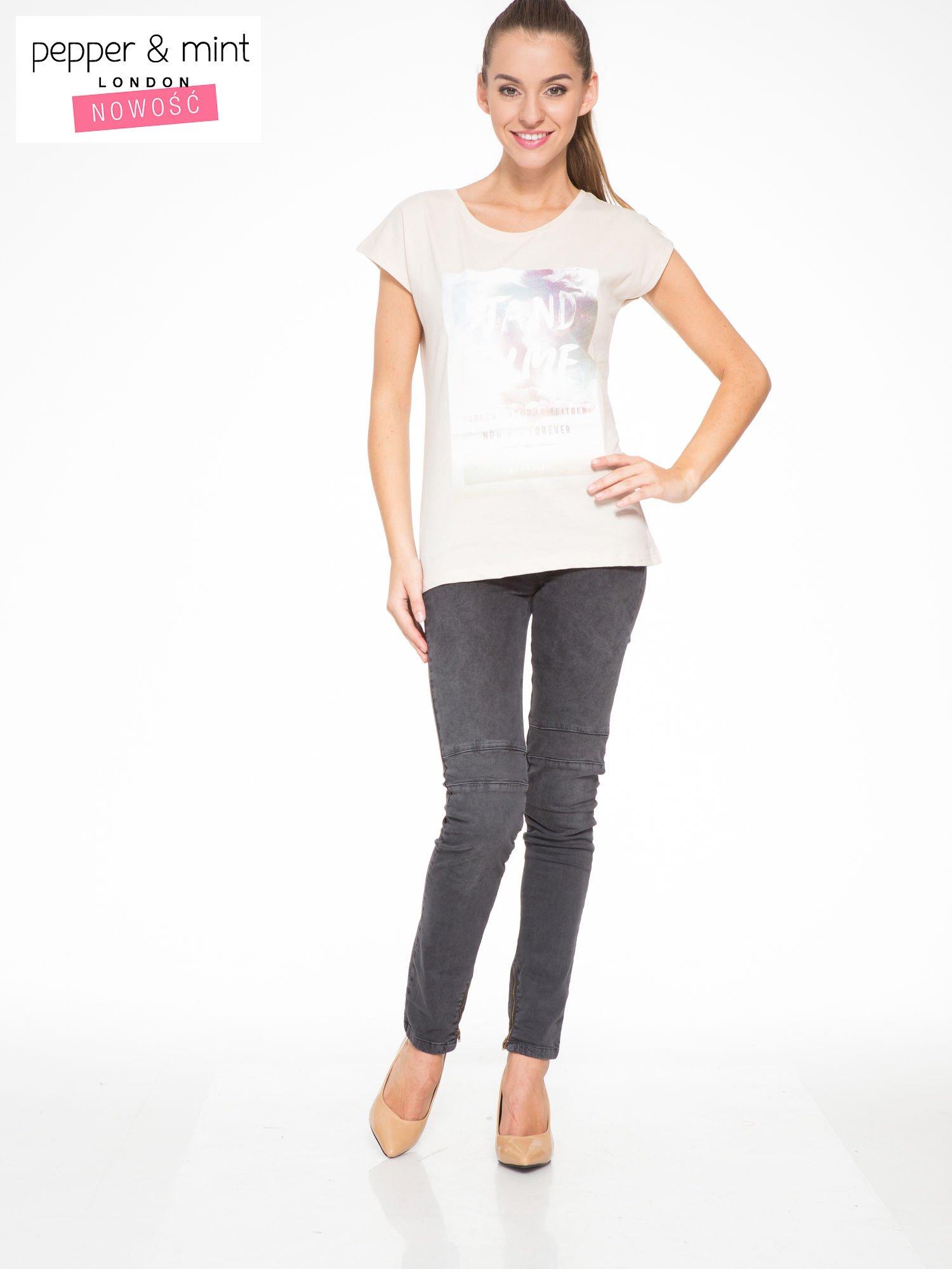 Beżowy t-shirt z napisem STAND BY ME                                  zdj.                                  4