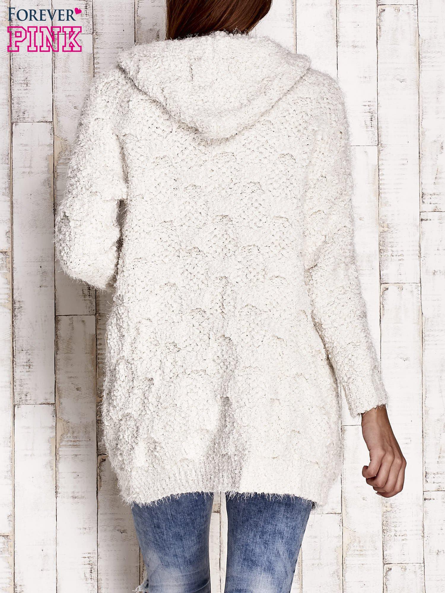 Beżowy włochaty sweter z kapturem                                  zdj.                                  2
