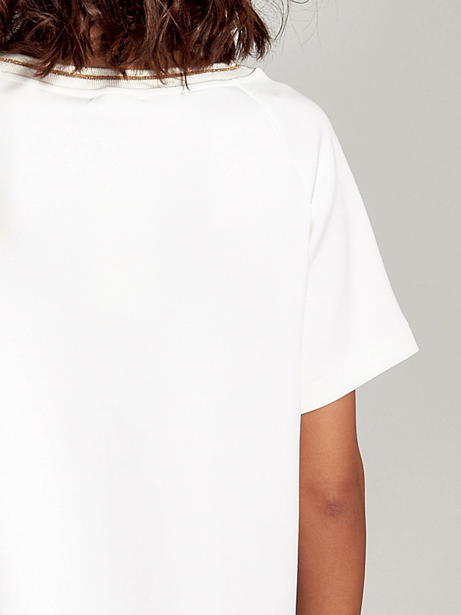 Biała bluza glamour ze złotymi znakami japońskimi                                  zdj.                                  6