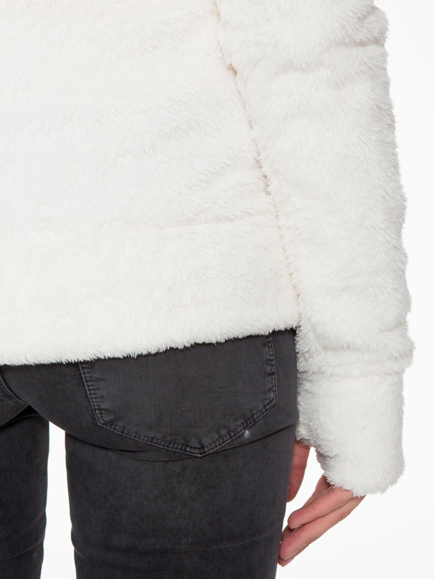 Biała bluza misiek z kapturem i pomponami                                  zdj.                                  13