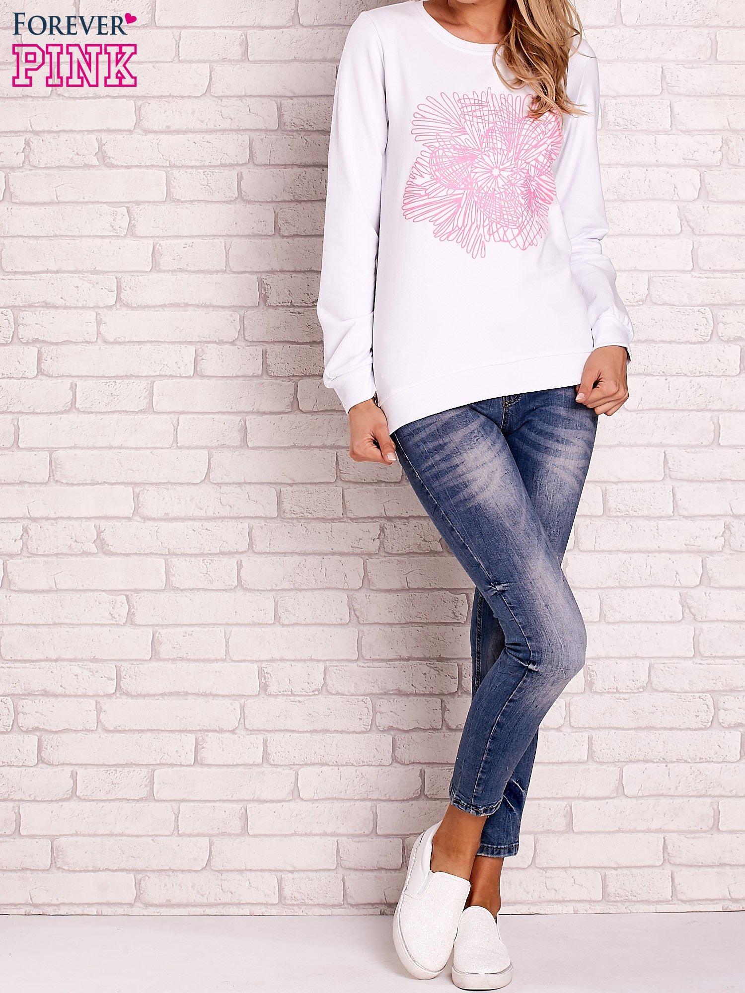 Biała bluza z kolorowym nadrukiem                                  zdj.                                  2