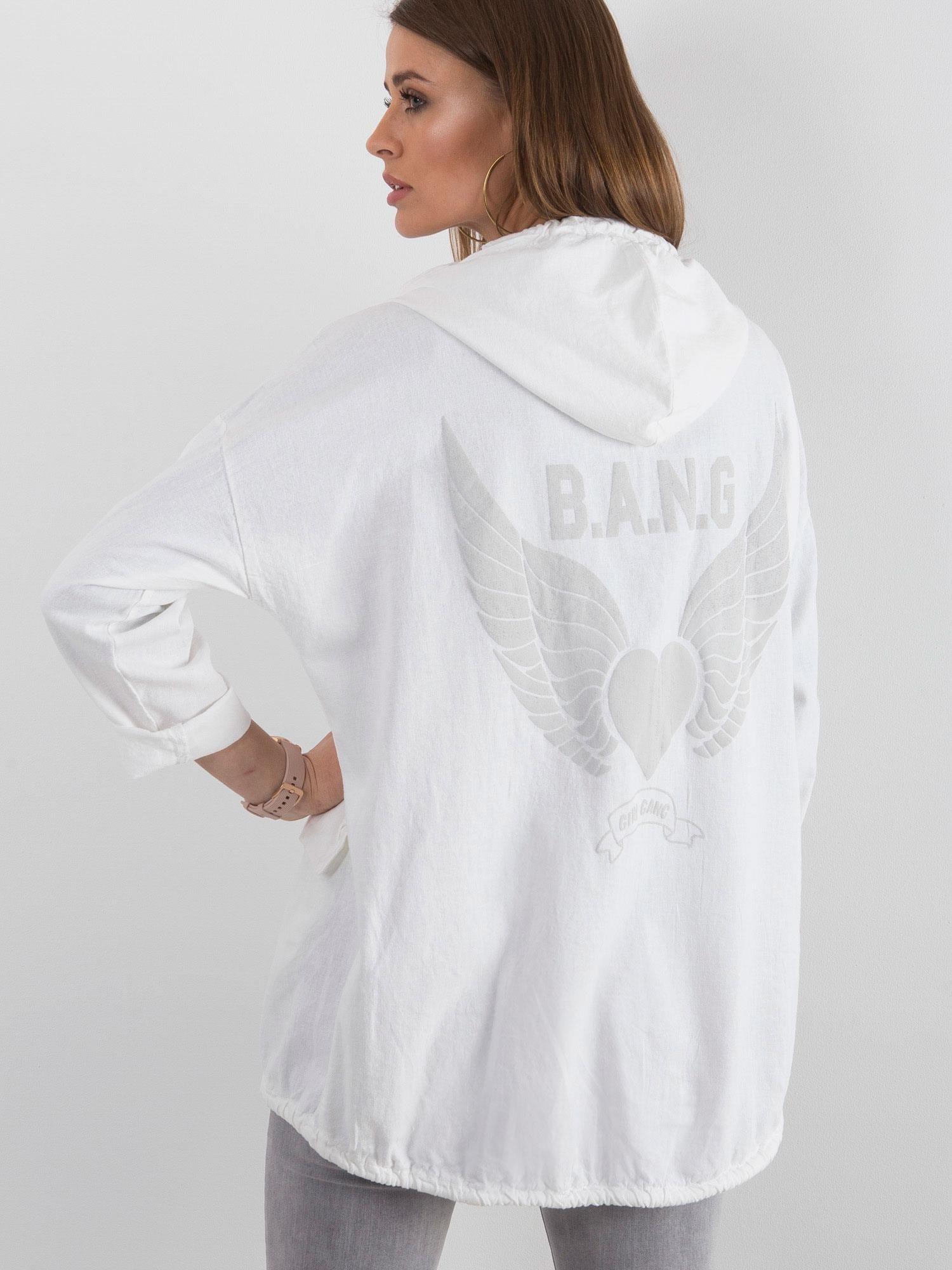 biała bluza z nadrukiem na plecach