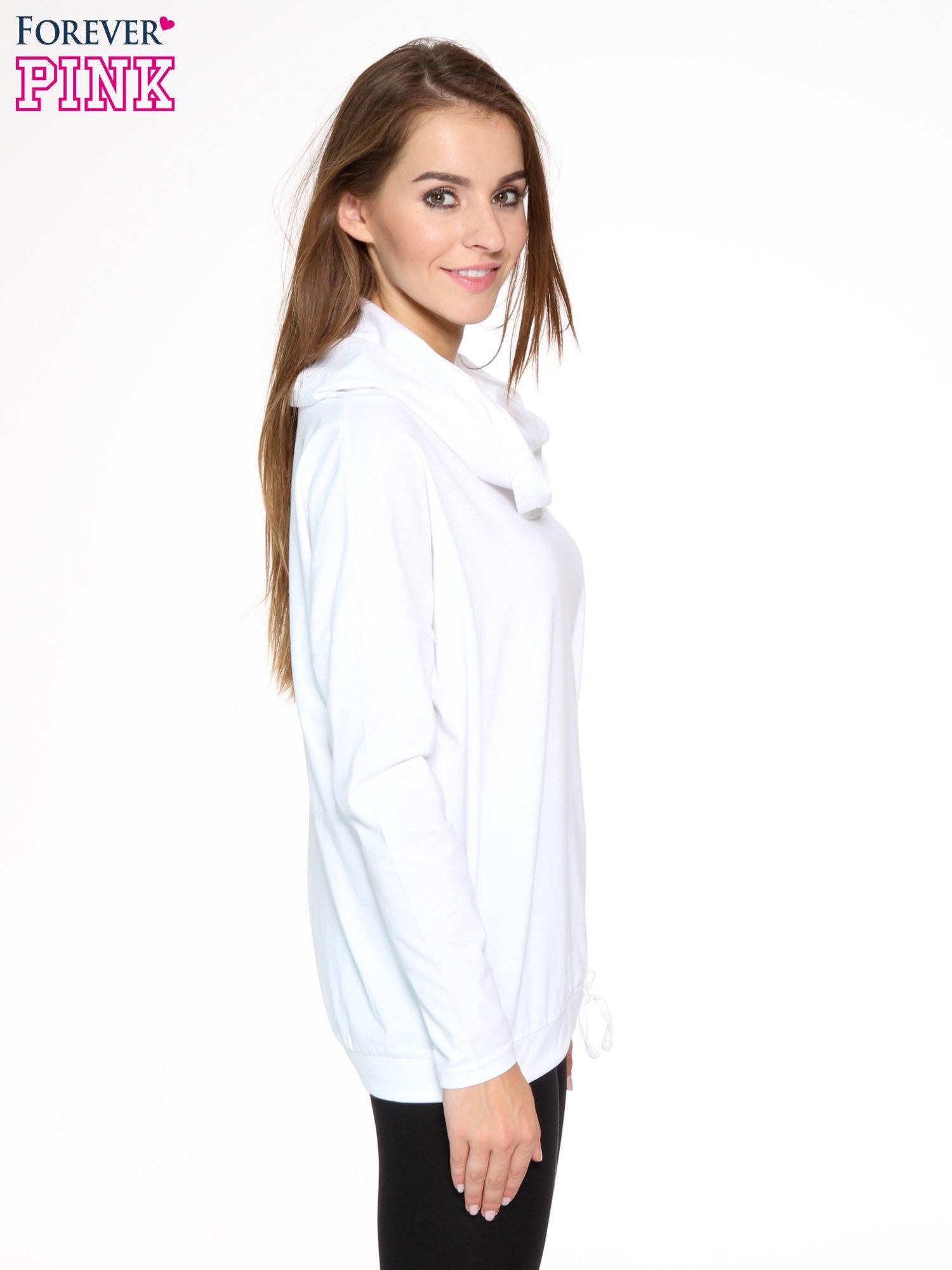 Biała bluzka dresowa z kołnierzokapturem i ściągaczem na dole                                  zdj.                                  3