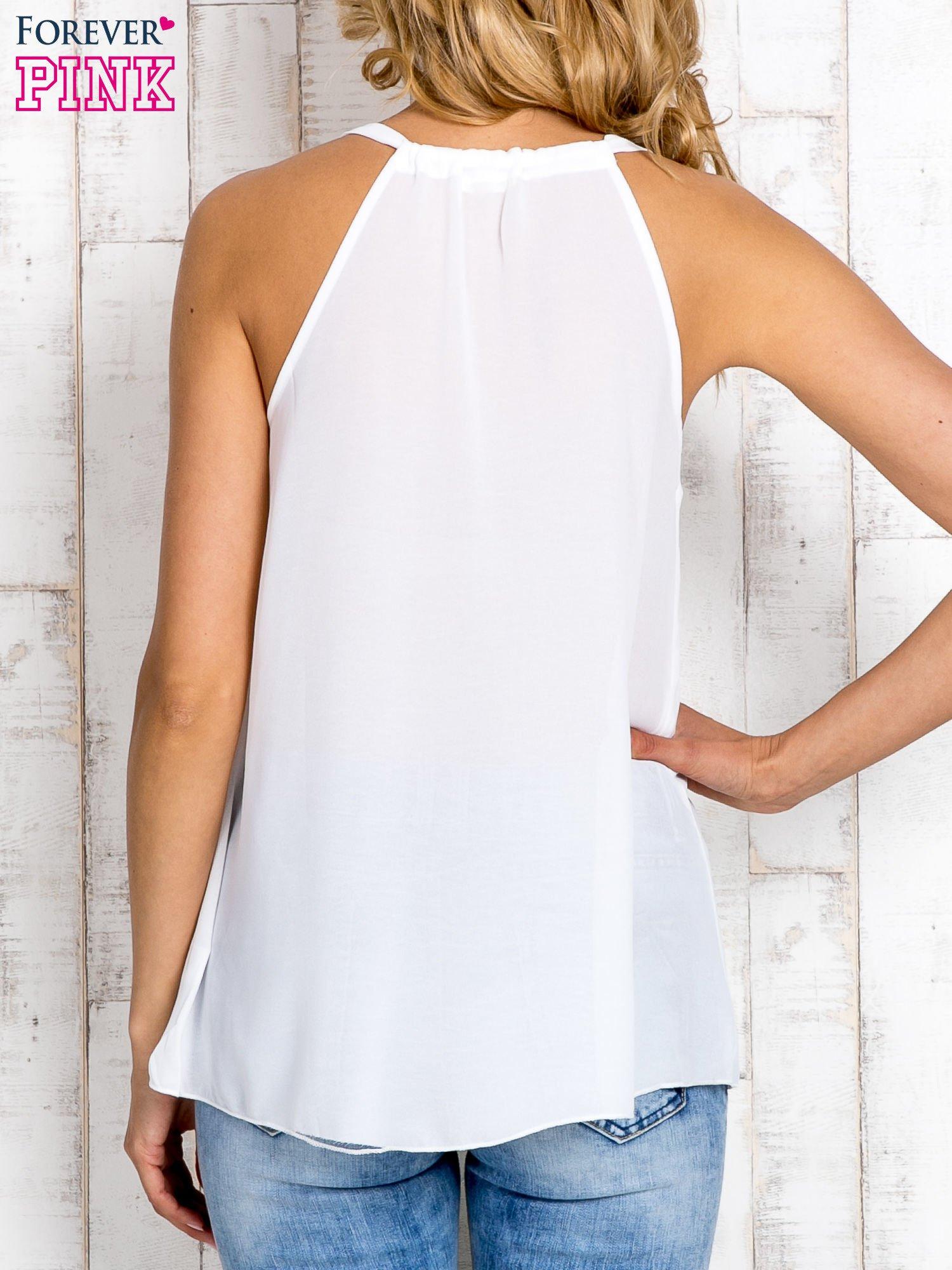Biała bluzka koszulowa z aplikacją przy dekolcie                                  zdj.                                  3