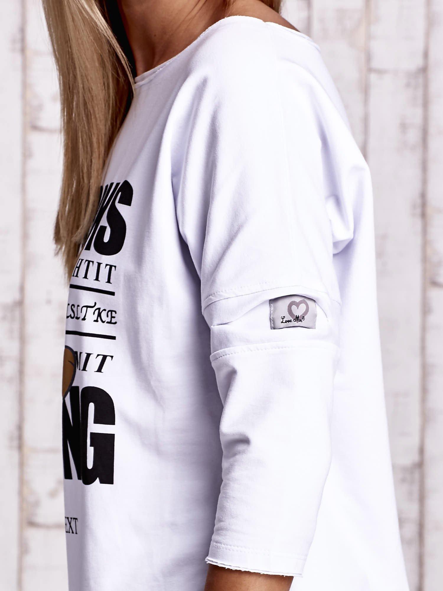 Biała bluzka oversize z nadrukiem i surowym wykończeniem                                  zdj.                                  5